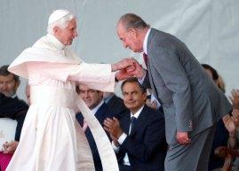 Spain's King Juan Carlos kisses the ring of Pope Benedict XVI at Madrid's Barajas airport